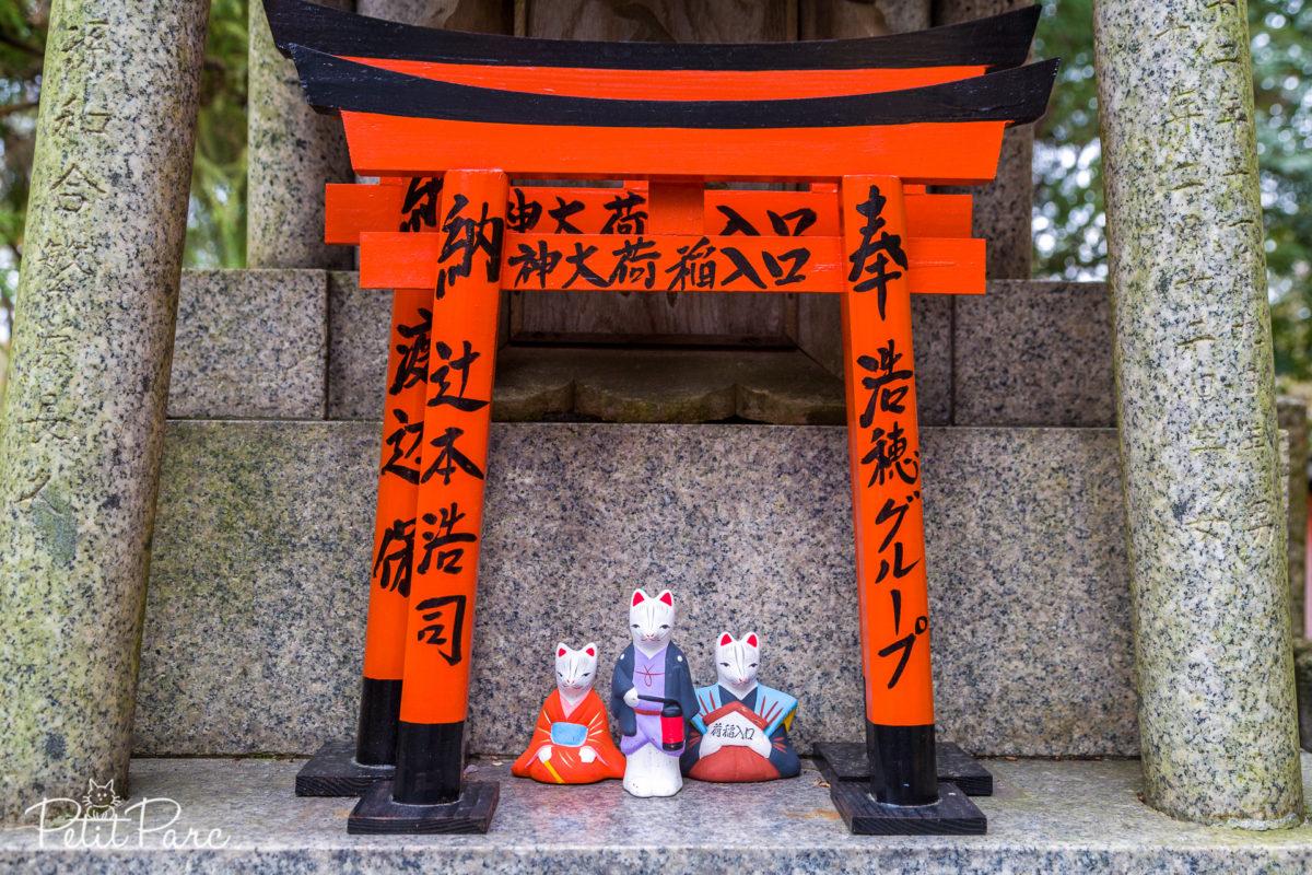 Autel, torii de bois et statuette kitsune