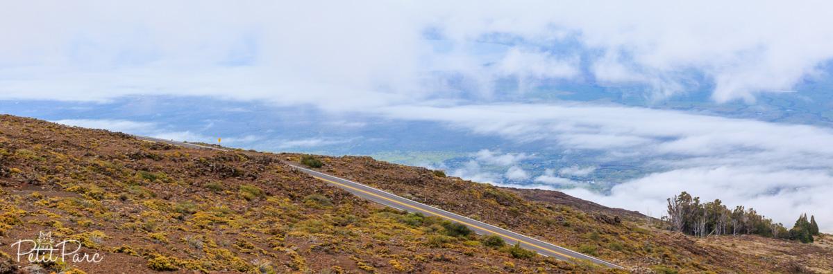 Une route, des habitation, un bout d'océan et beaucoup (trop) de nuages !