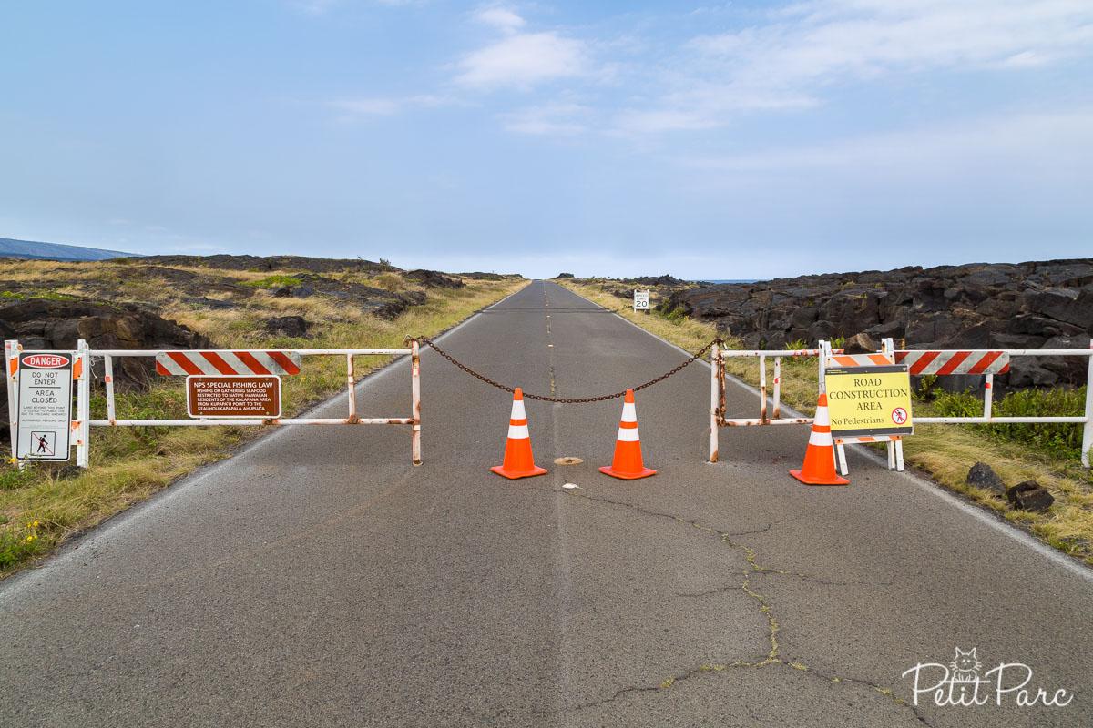 Une coulée de lave a détruit la route plus loin