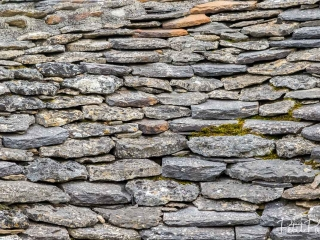 Détail du toit en pierres d'une cave