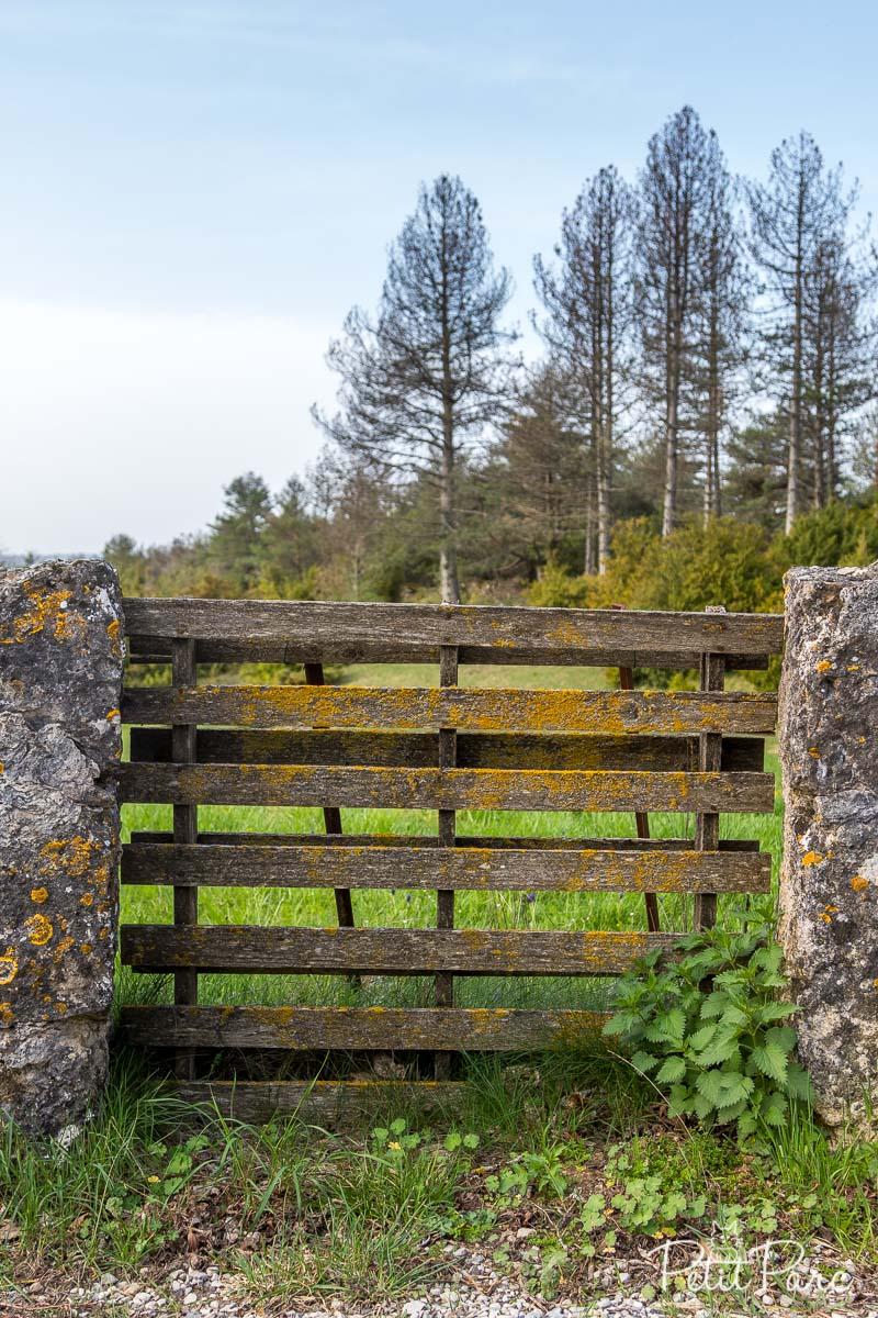 Une palette sert de portail