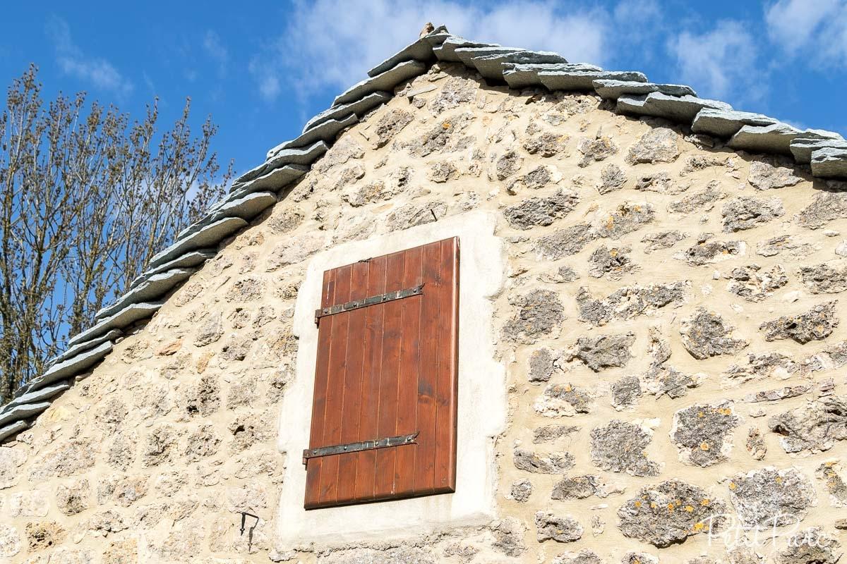Détail de la forme du toit d'une maison traditionnelle du causse