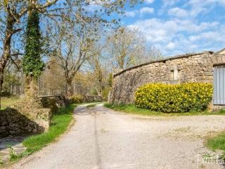 Carrefour de chemins dans le village de Longuiers