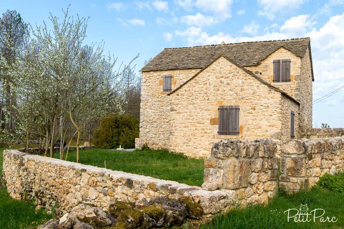 Une maison du village de Longuiers