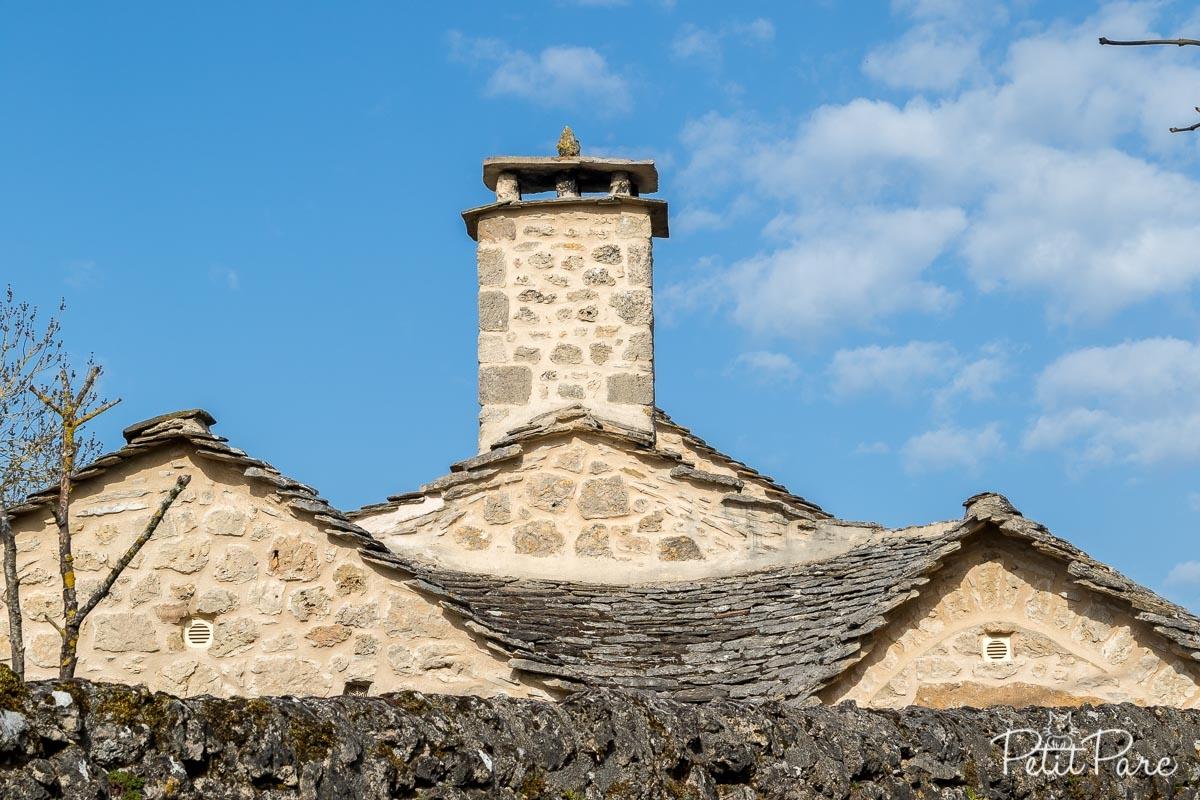 Un toit à la forme très particulière permettant de receuilllir l'eau de pluie