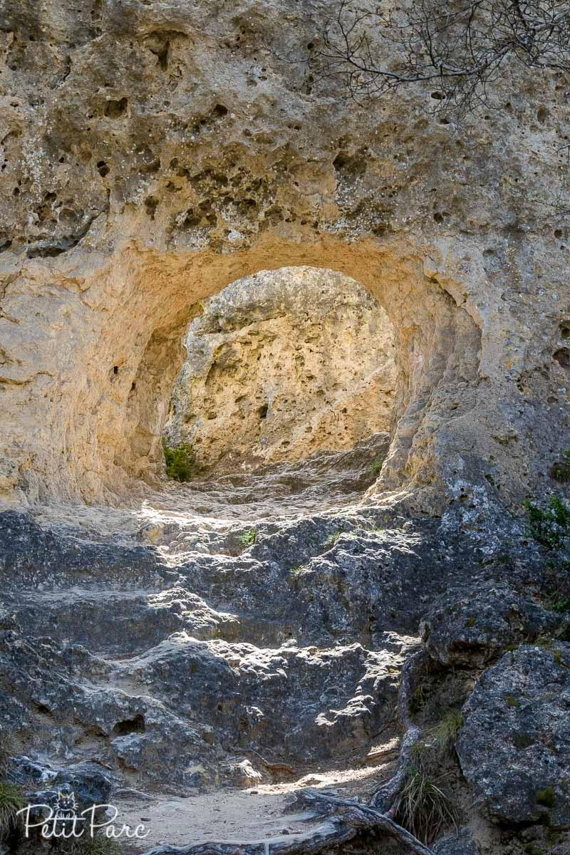 Arche rocheuse épaisse surnommée La Poterne