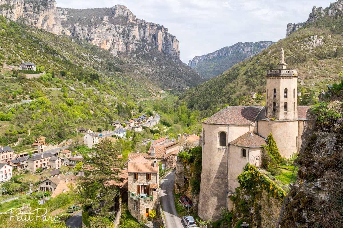 Vue sur l'église ainsi qu'un village en contrebas