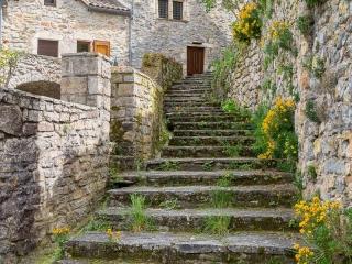Des marches en pierre dans le village de Peyreleau